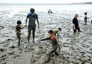 有明海の干潟で思い切り遊ぶ子どもたち=鹿島市常広のラムサール条約登録地「肥前鹿島干潟」