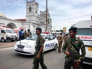 21日、スリランカの最大都市コロンボで、爆発の発生後に教会周辺を警戒する兵士ら(AP=共同)