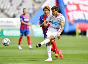 鳥栖-FC東京 前半、ゴールを狙う鳥栖DFエドゥアルド=東京都の味の素スタジアム