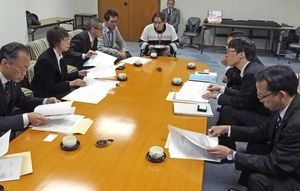 軽症難病患者への配慮を求め、佐賀県に要望する県難病支援ネットワークの三原睦子理事長(左から2人目)=県議会棟