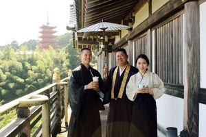 6月に結婚したばかりという副住職夫妻と住職(写真中央)=基山町宮浦