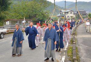 荒穂神社の秋の大祭「御神幸祭」。行列を組み、御仮殿へと下る一行。里山には鉦と太鼓の音がこだました=基山町宮浦