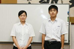 食品コースと園芸コースでそれぞれ最優秀賞に輝いた伊万里農林高3年の梅田未優さん(左)と岸川雄大さん=伊万里市の同校