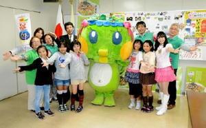 マスコットキャラ「シシリアンナちゃん」とともに、馬場副市長にB1グランプリ出場を報告した若楠小児童と団体メンバー=佐賀市役所