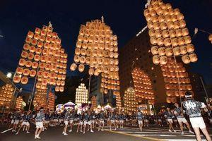 東北三大祭りの一つの秋田の「竿燈まつり」
