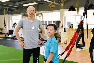 子どもも大人も利用できる体づくりと交流の場をオープンさせた次村洋輔さん(左)。右は長女の侑華さん=伊万里市立花町