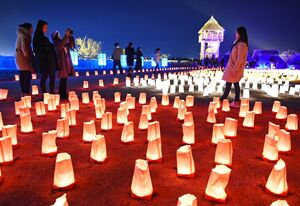 約5千個の紙灯籠で照らされた南内郭=吉野ヶ里歴史公園