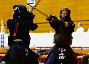 男子準決勝・龍谷-三養基 主将としてチームを引っ張った三養基の三浦拓斗(右)=県総合体育館