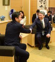 タイのバンサーン・ブンナーク大使(右)と握手する山口知事=佐賀県庁