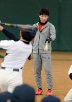 子どもたちの素振りを見守りながら「ボールを想定して振って」とアドバイスする福岡ソフトバンクホークスの本多雄一内野手=嬉野市のみゆき公園