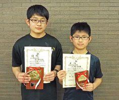 中学個人の部で優勝した小栁勇太さん(左)と準優勝した小栁壮生さん兄弟=佐賀市の佐賀新聞社
