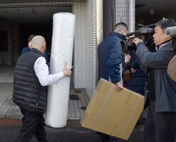 広島地検による家宅捜索で、河井案里参院議員の事務所に向かう係官ら=15日午前11時25分、広島市
