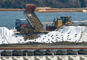 政府、沖縄・辺野古で土砂投入