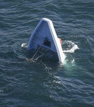 遊漁船転覆、1人死亡11人けが