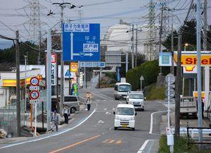 玄海原発に続く国道。夕方になるとたくさんの車がはき出されていく=16日、東松浦郡玄海町