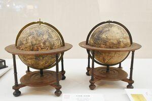 オランダの工房が製作した(左から)天球儀(1750年製)と地球儀(1745年製)