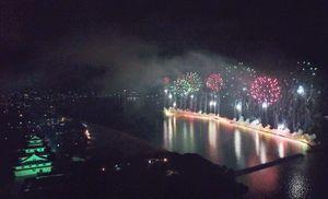 ライトアップされた唐津城と色とりどりの花火