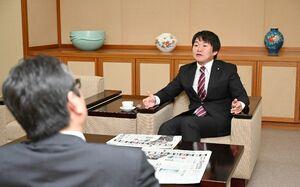 再選を果たし、佐賀新聞のインタビューに応じた山下雄平氏=佐賀市の佐賀新聞社