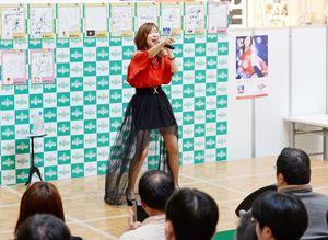 ミニライブで新曲「鳥籠の少年」を披露する森口博子=佐賀市のモラージュ佐賀