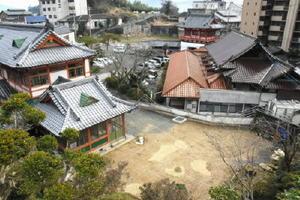 貸し切り湯の建て替え工事が始まった敷地(右手前)。中庭も設ける=武雄市武雄町の武雄温泉