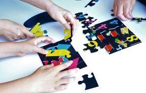 色や形、数字を意識しながら、並び替えることで脳の活性化へつながると考えられている「アロマDEパズル」(提供写真)