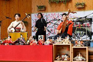 演奏とライブペインティングを披露する北原香菜子さん、大串亮平さん、髙橋浩寿さん(右から)=佐賀市の656広場