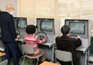 高齢者講習での運転適性検査。75歳以上は認知機能検査が強化されている=13日、佐賀市新中町の佐賀城北自動車学校