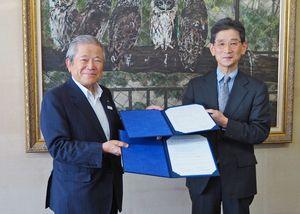 包括連携協定を締結した後藤学長(右)と中冨会頭=鳥栖商工会議所(提供写真)