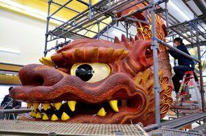 保存修復作業が進められている十三番曳山「鯱」=唐津市北城内の西ノ門館