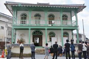 1876(明治9)年の建築当時の姿を取り戻した県重要文化財の有田異人館=有田町幸平