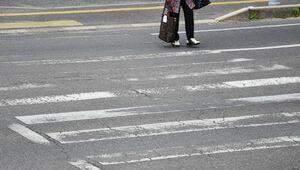 摩耗して白線が消えかかっている横断歩道=佐賀市内
