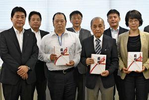 目録を手渡した内村芳郎支社長(左)と助成を受けた3団体の代表者ら=佐賀市の九州電力佐賀支社