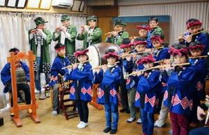 囃子初め式で息の合った音色を響かせる小学生ら=唐津市北波多の徳須恵公民館