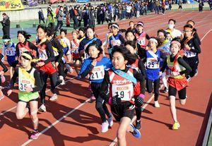 号砲とともに、一斉に駆け出す女子ランナーたち=鹿島市陸上競技場