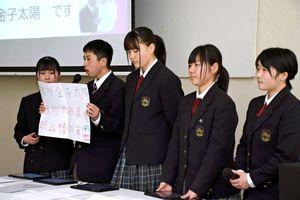 中国語で自己紹介を交えて発表した嬉野高の生徒=佐賀市白山の佐賀商工ビル