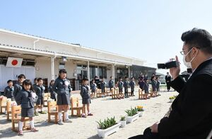 青空の下、力いっぱい演歌などを歌う園児たち=佐賀市川副町の鳳鳴乃里幼稚舎