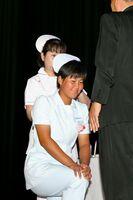 戴帽式でナースキャップを授与される生徒=佐賀市文化会館