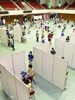 ブースで仕切られた新型コロナウイルスワクチンの集団接種会場=5日午前、佐賀市の市村記念体育館(撮影・鶴澤弘樹)