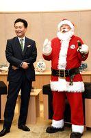 山口知事に来月のイベントをPRする公認サンタのパラダイス山元さん(右)=佐賀県庁