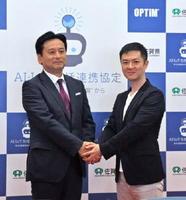 締結式で握手する山口祥義知事とオプティムの菅谷俊二社長(右)=佐賀市の佐賀城本丸歴史館