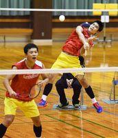 男子ダブルスで優勝した唐津南の山野邉洋輝(右)・中村愛毅組=佐賀市の旭学園体育館