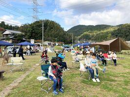 のんびりと田園風景を楽しむ参加者たち