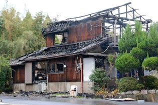 吉野ケ里町で民家全焼 焼け跡から…