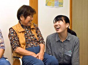 和気あいあいとした雰囲気で会話を楽しんでいた=佐賀市の西古賀公民館