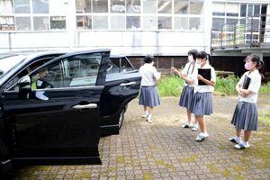 広告を制作する車の性能を確認する生徒たち=有田町の有田工高