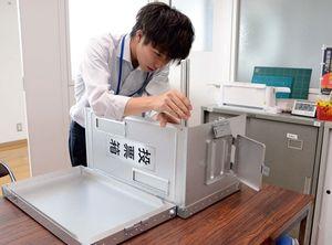 佐賀市で主流のアルミ製の折り畳み式投票箱。衆参同日選になれば、組み立て方などが異なる旧市町村時代のものをかき集める可能性がある=佐賀市選管
