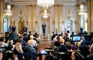 2018と19年のノーベル文学賞授賞者発表式=10日、スウェーデンの首都ストックホルム(ロイター=共同)