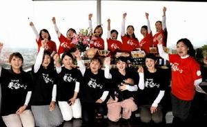 佐賀県農業女子会から「カチカチ農楽がーる」に名称を改め、共同の販売イベントなどをPRするメンバーたち=県庁の「さがんれすとらん志乃」