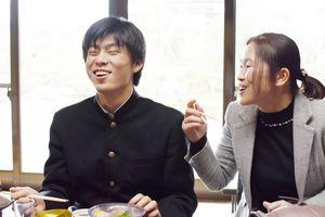 笑顔で食事を食べる県立盲学校の生徒と職員=神埼町の味膳「古雅味」