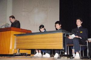 防災教育をテーマに発表する生徒たち=佐賀市文化会館